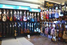 Nowa strefa gitarowa /wrzesień 2015/ / Wrzesień 2015 - wprowadzamy zmiany w wyglądzie naszej strefy gitarowej. Z uwagi na powiększającą się liczbę sprzętów, nasza strefa gitar została powiększona, a ekspozycja jest teraz naprawdę spora.  Zachęcamy do wizyty!