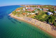 Gerakini Halkidiki / Gerakini bay offers a modern shopping centre to cater for all shopping needs and desires, pedestrian sidewalks to stroll by the seaside, children's playground on the sand, water sports facilities