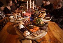 Kuninkaan kestit Viikinkiravintola Harald /  Haraldin hovi keräsi kesteihin parhaat herkkunsa. Pöytiin kannetaan näyttävä ateriakokonaisuus, jossa maistellaan viikinkien taistelukilville koottuja erilaisia pohjolan parhaita makuja. Kestien edetessä makuhermoja hivellään erilaisilla alkupaloilla sekä runsailla lämpimillä herkuilla. Kestit kruunaa mahtava jälkiherkkujen lajitelma. Kuninkaan kesteissä runsas ruoka on jo itsessään ohjelmanumero. Vieraasi viihtyvät varmasti kun heittäydyt Haraldin ja Helgan kestittäviksi.