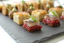 BAKERS & BUTCHERS / Mit BAKERS&BUTCHERS erleben Sie bodenständige Speisen aus regionalen Zutaten, stylish und modern angerichtet. Mit kleinen Häppchen wie Frikadellchen, Matjes auf Pumpernickel oder Speckkuchen zaubern wir Ihnen leckere Rheinische Tapas. Hauptspeisen sind frisch gebratene Blutwurst, Sauerbraten und Zander. Das Dessert glänzt mit ebenso bodenständigen wie kreativen Komponenten, wie warmem Milchreis mit Zimt und Zucker oder Fürst Pückler Espuma.