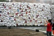 Cascata di wc / Per dimostrare che si può fare arte con tutto, lo scultore cinese Shu Yong ha usato 10 mila water dismessi per creare un'opera monumentale alta 5 metri e lunga 100. Una vera e propria cascata di wc, da cui scorre anche l'acqua come in una fontana. La bizzarra installazione è stata montata in un parco di Foshan, in Cina, per una fiera di prodotti in porcellana.