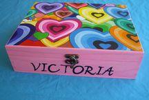 ARCO IRIS DE CORAZONES. Joyeros de madera. / A Maite le encanta este modelo de caja decorada con los corazones de colores. En esta ocasión ha sido el regalo para dos hermanas gemelas amigas de su hija. Tuvo que investigar cuales eran sus colores favoritos ya que con este dibujo se puede tintar la caja de diferentes colores. Ha sido la primera vez que los acabados han sido de color rosa y fucsia, pero como podéis ver quedan genial. Las niñas están encantadas con su regalo y su mama también.