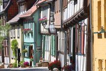 UNESCO - Welterbe / Dank des breiten kulturhistorischen Spektrums in Sachsen-Anhalt, besitzt das Bundesland die höchste Dichte an UNESCO-Welterbe-Stätten in Deutschland. Alleine vier Stätten gehören zum UNESCO-Weltkulturerbe: das Bauhaus Dessau, Stiftskirche, Schloss und Altstadt von Quedlinburg, die Luthergedenkstätten in den Lutherstädten Eisleben und Wittenberg sowie das Gartenreich Dessau-Wörlitz.