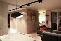 Apartament Bielany, Warszawa / Nasza kompleksowa realizacja, pełna stolarka w każdym kącie prostym i ostrym w mieszkaniu na warszawskich Bielanach:) Mieszkanie w części publicznej zaprojektowane zostało w klasycznych kolorach biało-czarnych, część prywatna oddzielona jest ciepłym dębowym fornirem którym obłożone zostały ściany oraz drzwi.