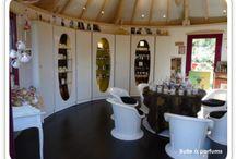 """Jura-La Belle Visite de jardin """"parfumé"""" à Darbonnay ! / Une Parfumerie Remarquable à la campagne, c'est inédit ! entouré d'un jardin parfumé . Horaires de visite : Mercredi, vendredi et samedi 14h - 19h... Ou bien sur Rendez-vous .La grande particularité, la chose unique, exceptionnelle de ce lieu : Tiphaine vous reçoit pour déterminer votre PROFIL OLFACTIF ..... sur RDV Darbonnay - JURA - http://www.bulle-a-parfums.fr/"""