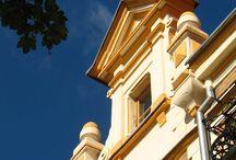 Ozdoby architektoniczne Mrągowa / Dzieje miasta liczą sobie ponad 600 lat. Większość obecnych budynków powstała jednak na przełomie XIX i XX wieku, w okresie wzrostu gospodarczego po powstaniu II Rzeszy Niemieckiej.   Miasto nie posiada zabytków architektury szczególnej wagi. Podczas II wojny światowej miasto nie zostało bardzo zniszczone, jednak większość zniszczonych budynków znajdowała się w historycznym centrum miasta.