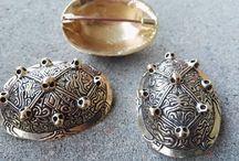 Vikinge Skålspænder, Fibel, Brocher og kappespænde i sølv og Bronze / Her finder du vores forskellige skålspænder, fibel, brocher, små spænder, Triskele samt kappespænde