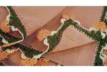 """Foulards Oya, pièce unique / Karawan a collecté des pièces anciennes en coton tissé et sérigraphié de motifs floraux, si caractéristiques de l'Anatolie.  Les villageoises porteuses d'un savoir-faire devenu rare, ont ornementé à la main les bordures de cette collection de foulard """"Yazma"""", de leur travail délicat à l'aiguille, rehaussé de perles fines. La signature d'une collection exclusive."""