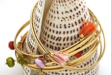 TASSEL BANGLES / Bracelet jonc en laiton doré mat, verre de bohème et pompon