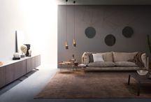 Divani - Oslo / Oslo è un divano in cui le morbide imbottiture si fondono alla forma regolare di base e braccioli. Piacevolmente sospeso da piedi in metallo verniciato, Oslo è disponibile in cinque larghezze e due varianti di poltrona.