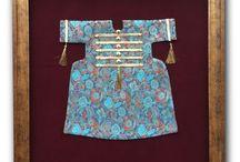 OSMANLI KAFTANLARI / OTTOMAN CAFTANS / Osmanlı Kaftan Koleksiyonumuz büyük Osmanlı padişahları tarafından giyilen ve günümüzde İstanbul Topkapı Sarayı'nda sergilenen kaftanlardan ilham alınarak tasarlanmıştır.   Tüm kumaşlar jakarlı ipek dokumasıdır ve sarayda giyilmiş olan kaftanların el dokuma kumaşlarında bulunan çintemani, hilal, karanfil, lale  ve bezeme orijinal Osmanlı motiflerinden oluşmaktadır.  Osmanlı Kaftan Koleksiyonumuz  geçmişin tasarımlarını zevk sahibi bir stille, günümüze yansıtma anlayışıyla oluşturulmuştur.