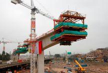"""Z cyklu """"ULMA na świecie"""": Metro w Limie, Peru / W Limie dobiega końca budowa drugiego odcinka 1. linii metra. Odcinek składający się z 10 stacji metra biegnie po wiadukcie o długości 12,5 km, w którego skład wchodzą także dwa mosty: Rimac – o długości 240 m i Huascar – o długości 274 m. ULMA Encofrados Perú, S.A. dostarczyła na tę budowę m.in.: wózki do metody nawisowej CVS, wieże MK i BRIO, deskowanie dźwigarkowe ENKOFORM VMK i ścienne deskowanie ramowe NEVI."""
