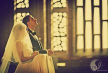Sesja zdjęciowa w kościele / Najpiękniejsze zdjęcia podczas najważniejszej uroczystości w kościele. Jeśli Ci się podoba zainspiruj się naszymi pomysłami na zdjęcia podczas ceremonii ślubnej, sesja ślubna w małym kościółku.
