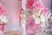 Декорации из больших цветов.