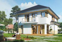 """Projekt domu Kasjopea 8 / Projekt domu Kasjopea 8 jest kolejną wersją z popularnej serii domów """"Kasjopea"""". Jest on odświeżoną wersją bazowego projektu z tej kolekcji, do którego wprowadzono szereg modyfikacji - przede wszystkim dach o wyższym kącie nachylenia. Kasjopea 8 to projekt budynku piętrowego, dla 4-5cioosobowej rodziny. Prostokątna bryła przykryta jest czterospadowym dachem. W główną bryłę wbudowany jest jednostanowiskowy garaż.  Dowiedz się więcej na http://www.mgprojekt.com.pl/kasjopea-8#ixzz4AJefxcYm"""