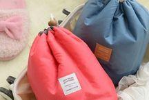 Dámske kozmetické tašky / Dámske kozmetické tašky sú nevyhnutným pomocníkom pre všetky ženy, ktoré veľa cestujú. Ak ste často na cestách, potrebujete mať v osobných veciach poriadok. V našej ponuke nájdete malé aj veľké kozmetické tašky, v dámskom prevedení. Dámske kozmetické tašky vám uschovajú všetku potrebnú kozmetiku.