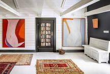 Henri de Toulouse Lautrec 100m2 / Duży apartament na piętrze (100m2) z osobnym wejściem od strony stawu i jeziora. Urządzony w modnym stylu przestronnego loftu, z zachowaniem stylistyki jaka cechuje całe Siedlisko. Biała kolorystyką podkreślona ciemnymi elementami wystroju wnętrz oraz stylowymi meblami przywodzi na myśl wymarzoną letnią posiadłość. Otwarta przestrzeń, duży stół, okna z widokiem na jezioro – to wszystko sprawia, że apartament zapewnia gościom prawdziwy komfort i relaks.