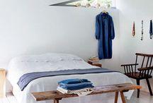 living   schlafzimmer / schlafen Schlafzimmer bedroom Dachschräge Naturmaterialien Holz Beton weiß grau schwarz zeitlos schlafen Bett Kasten Nachttisch Licht Lampe Beleuchtung Fenster deko