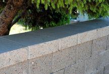 Hagemur Rubin / Rubin er en tosidig mur med knekt natursteinslignende flater. Med Rubin er det mulig å bygge lave, høye og buede hagemurer som blir fantastiske blikkfang i hagen. Rubin kan bygges både som frittstående mur og som støttemur.  En frittstående mur kan bygges opp til 75 cm ved hjelp av murlåsen og grusfylte blokker, og opp til 2,1 m ,når man fyller med armering og betong.