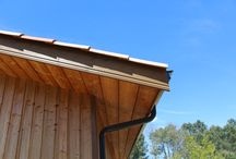 Cabinet de Kiné / Cabinet de kiné de 164m² de plain-pied.  La toiture 2 pans est recouverte par des tuiles à ton mélangé.  Les murs sont bardés d'un douglas laissé naturel en couvre-joint posé verticalement.  Les menuiseries sont en aluminium de couleur gris anthracite.