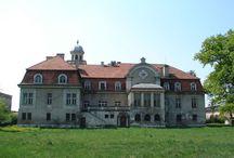 Wronów - Pałac / Pałac we Wronowie powstał na przełomie XVIII i XIX w, być może dla ówczesnego właściciela, porucznika Reinharda. W 1867 roku właściciele majątku, czeska gałąź rodziny von Furstenberg, sprzedała go Aleksanderowi von Schalscha. W 1907 r pałac przeszedł remont, który nadał mu neobarokowy wygląd. Obecnie wystawiony na sprzedaż