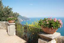 Klassiek Rome en kust van Amalfi / Beroemde tuinen worden tijdens deze reis bezocht. Dat gebeurt in het voorjaar als de temperatuur nog geen tropische waarden bereikt. Op het moment van uw bezoek – eerste helft mei – zijn de tuinen op hun mooist. Dat geldt zeker voor het onvolprezen Ninfa, waar een compleet dorp tot tuin is getransformeerd. Zorgt het klassieke Rome al voor een schitterend decor, de beroemde kust van Amalfi doet daar bij Napels nog eens een schepje bovenop.