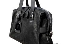 Bag men OVERNIGHT / OVERNIGHT BAG Folia anaconda  Negra  $450.000 + envío  Disponible   Perfecto para un viaje de 48 horas, es una mezcla de funcionalidad y facilidad.  La bolsa in