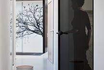 SWING Door Slim / Subtelnei uniwersalne wzornictwo drzwi wewnętrznych SWING Door Slim Line daje szerokie możliwości wykorzystania ich w aranżacji różnego rodzaju wnętrz. Drzwi nie posiadają framugi, ani widocznych zawiasów. Aluminiowa ościeżnica ukryta jest w grubości muru.  Rama drzwi wykonana jest z aluminium i posiada zaledwie 1,5 cm szerokości.  Wymiar skrzydła wynosi max 250 cm wysokości i max 100 cm szerokości.