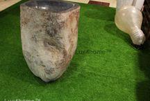 Stojąca umywalka z kamienia polnego – umywalka z otoczaka / Stojąca umywalka z kamienia polnego – umywalka z otoczaka o jednakowej wysokości 90 cm ma zawsze inną średnicę, kolor i kształt. Stojące umywalki z kamienia polnego otoczak produkujemy w Indonezji i są to umywalki kamienne które jako jedyne mają atest PZH – gwarantujący, że są one bezpieczne w kontaktach ze skórą i żywnością.  Umywalka z otoczaka ma tylko drążoną cześć użytkową oraz z tyłu umywalki otwór na odpływ. Nic więcej.
