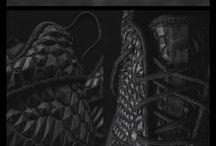 Nike Roshe One DMB Noir / Une sneakers pour LA femme actuelle, LA femme moderne, LA femme chic. Terminé l'association talons hauts = soirée. Aujourd'hui, j'opte vraiment pour ma petite robe noir et rouge. Ma paire de Nike roshe one dmb noir et ma pochette dorée. Je fais sensation… Mes pieds scintillent. Une vraie nuit chic à la Parisienne est devant moi.