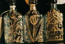 Pahare (si sticle) pentru baut de unul singur…/Glasses (and bottles) for drinking alone ... /  Pentru a fi privite atunci când bei de singurătate ori de supărare, privind absent in gol si nevrând ori neavând cu cine comunica real... O poveste, un desen zgâriat, săpat în sticlă ordinară, ieftină, infrumuseţând-o, făcând-o mai interesantă, mai preţioasă, captându-ţi pentru câteva momente interesul, făcându-te să uiţi singurătatea, supărarea, plictiseala...
