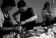 GrachtenAtelier Cocktail Workshop / Altijd al eens willen leren hoe je als een echte barman/vrouw overheerlijke cocktails zoals een Virgin Cosmopoitain of een Frozen Margarita kunt mixen? Dit is je kans tijdens onze cocktail workshop. Ga aan de slag met het mixen van drie verrukkelijke cocktails om vervolgens lekker te genieten van je eigen gemaakte drankjes. Cheers!