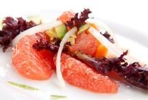 Рецепты блюд с цитрусовыми / Цитрусовые деревья вечно зелены - потому сезон их плодов длится круглый год. Летом они как-то забываются, но чем ближе Новый год, тем чаще апельсины, грейпфруты, мандарины и прочие кумкваты попадаются на глаза. Мы собрали рецепты с участием разных цитрусовых - от соленого лимона до грейпфрутового мороженого и супа из лайма.