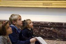 Scopri che santo sono! I santi martiri / Sabato 17 ottobre 2015, passeggiando a naso in su per la Pinacoteca, ci siamo messi sulle tracce di antichi santi, andando alla ricerca dei loro nomi e delle loro storie perdute nel tempo. Muniti di matita, libretto e tanto spirito d'osservazione, abbiamo scoperto il significato di frecce, vessilli, coltelli e tanti altri strani oggetti e animali che si trovano nei dipinti.