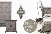 """BERLLEY love grey / Szarość to jeden z najbardziej uniwersalnych kolorów, rozświetla pomieszczenie i pięknie eksponuje białe, czarne i kolorowe dodatki. Kolekcja """"Berlley"""" wręcz kocha szarość, ten odcień drewna pasuje do naturalnych kolorów wełny, filcu, bawełny i juty."""