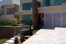 Alumínio / A JFBox fabrica os mais diversos modelos de portão de garagem em alumínio e metalon, automatizados e manuais. Confira nosso site www.jfbox.com.br