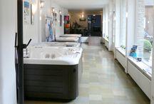 Onze showroom / Een ruime toonzaal met 800 vierkante meter in hartje Kortrijk. Het betreft een prachtige gerenoveerde brouwerij, omgetoverd tot een toonzaal. U kan er de fitness toestellen van Technogym, Kettler en Life Fitness komen uittesten! Wij hebben ook een ruim aanbod Hot Spring jacuzzi's ter uwe beschikking, hamam, infrarood en onze 3 sauna afwerkingen. Come and see, wij helpen u met veel plezier naar de wellness van uw dromen.