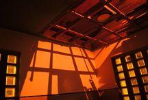 Lola Bezemer / Lola Bezemer (1988) woont en werkt in Amsterdam. Ze heeft de Portiersloge ingezet als een podium voor licht. Vanuit de onverlichte gang die het gebouwtje doorsnijdt kom je in zes ruimtes. Door lumineus gebruik van kunstmatig en bewegend licht ontstaan daar kleurrijke zinsbegoochelingen; de architectuur wordt diffuus, zelf word je vloeibaar waardoor de werkelijkheid wankelt. www.lolabezemer.nl  Code Rood 29 nov 2014