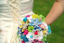 Mariage : 25 idées pour un bouquet de mariée sans fleurs / Pour jouer la carte de l'originalité (ou simplement pour faire des économies), et si on optait pour un bouquet de mariée... sans fleurs ? Tissu, papier, pages de livres, bijoux : avec un peu d'imagination, toutes les combinaisons sont possibles. On vous propose 25 idées, repérées sur Pinterest.