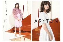 Kampania wiosna-lato 2014 ARYTON  / Nowa kobieca, wypełniona sztuką i niezwykłymi tkanianami kolekcja. Zastosowany w sesji  do niej sposób fotografowania pozwolił  uchwycić nastrój chwili, autentyczne emocje kobiety i jej pragnienia. W kompozycjach zostały zestawione całe sylwetki oraz bliskie portrety w pastelowych sukienkach, które definiują sezon wiosenno-letni.