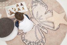 """Lorena Canals / Vår spanske leverandør Lorena Canals har spesialisert seg på tepper til barn. Teppene deres er """"prikken over i-en"""" i ethvert barnerom.  Lorena Canals er markedsledende på tepper til barn, og teppene er miljøvennlige. Fantastisk fine og er vaskbare. Så disse teppene passer perfekt til barnerommet."""