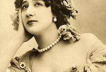 """Caroline Otero (1868 - 1965) /  od 14 roku życia zarabiała jako tancerka i śpiewaczka (Lisbona, Barcelona, Marslia). Rozpoczęła karierę jako """"La Belle Otero"""", cyganka z Andaluzji. Stała się gwiazdą Folies Bergère. Stała się jedną z najbardziej pożądanych kobiet w Europie. Była kochanką bogatych i utytułowanych mężczyzn (Albert I, książę Monaco, Edward VII, król Wielkiej Brytanii, książęta ros. Piotr i Mikołaj, książę Westminster oraz pisarz G.D'Annunzio). Jej majątek  szacowano na 15 mil. $ dol."""