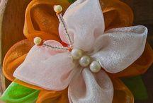 laços e flores de fita