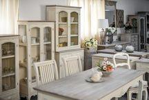 Kolekcja Rimini / Oferujemy Państwu piękne meble z linii RIMINI o niepowtarzalnym wzornictwie i kolorystyce. Meble wykonane są z drewna egzotycznego (dodatkowo MDF). Wykończenie w stylu prowansalskim, shabby chic, malowane ręcznie. Seria składa się z szerokiej gamy produktów - komody, regały, witryny, sekretarzyki, ławy, kredensy oraz oryginalne ozdoby. Zapraszamy do zapoznania się z ofertą linii RIMINI oraz innymi naszymi produktami.
