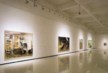 Neo Rauch / Su pintura fusiona elementos del simbolismo industrial, la figuración pictórica, el romanticismo alemán, la estética comunista, el surrealismo, el cómic y el manierismo de Leipzig.