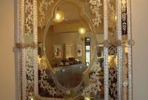 Aynalar...çerçeveler...duvar panoları