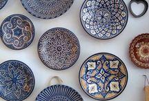 Стена с декоративными тарелками