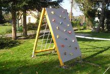 Horolezecká stěna / Rozměry: výška do 2,5 m, šířka 1,2 x 1,7 m. Min. bezpečnostní prostor: dopadová plocha dle velikosti Umístění: dětské hřiště. Zařízení je určeno od 3 do 12 let. Zařízení je certifikováno dle ČSN EN 1176-1 : 2000