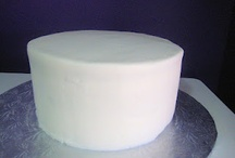 The Difference Between Fondant and Buttercream and how much your guest REALLY get on their cake slice. / Now some questions which one looks better to you? Does it help to see how big the fondant slice really is for your guests? Did you know that 99% of all the cakes you see in the magazines are fondant en-robed cakes? Did you know that most bakers cannot make buttercream look like fondant because buttercream is buttercream and fondant is fondant period. If you can make it look like fondant you better REALLY like Italian meringue or Swiss meringue buttercream to me it tastes a little like a stick of butter not icing and it will cost you a lot more because we are going to make that icing in small batches. That is the only way we could make a super smooth finish happen without it cracking or showing many imperfection.  Or we must use a all shortening based icing and to me this is not my favorite.