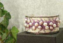 bijou en perles brodées